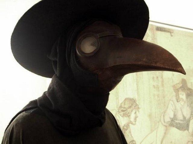 Врач в маске, посещающий больного бубонной чумой