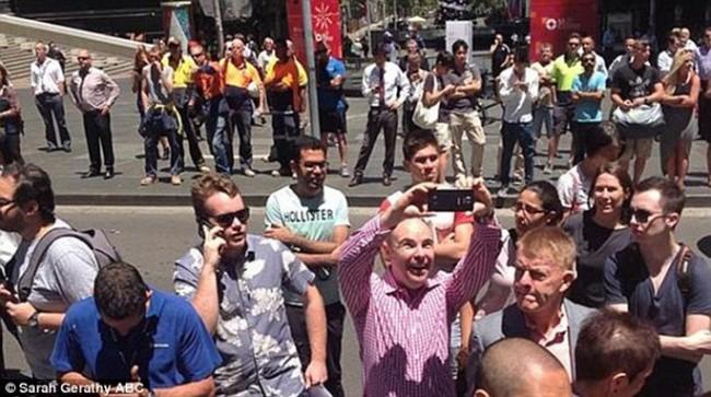 На фоне захваченного ранее террористом кафе в Сиднее