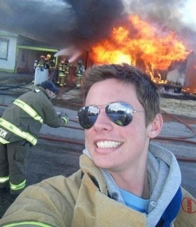 Селфи пожарного на фоне бушующего пожара