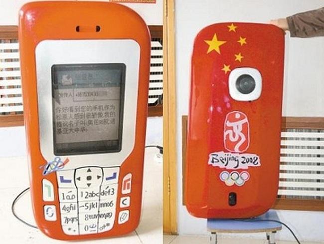 Гигантский телефон китайского жителя