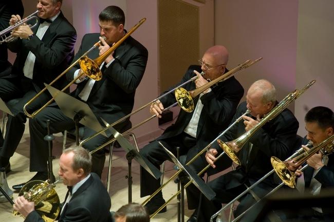 Трубы издают мощный звук