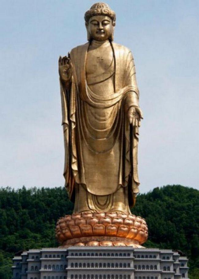 Cтатуя Будды Весеннего Храма в Китае