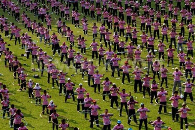В Бангкоке одновременно крутили обручи 4183 человека в течение семи минут