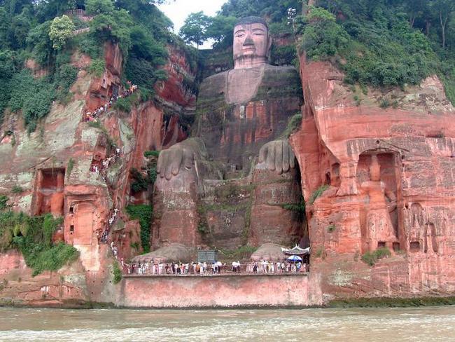 Статуя сидящего Будды в Лешане