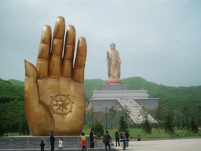 Статуя Будды Весеннего Храма в высоту достигает 208 метров