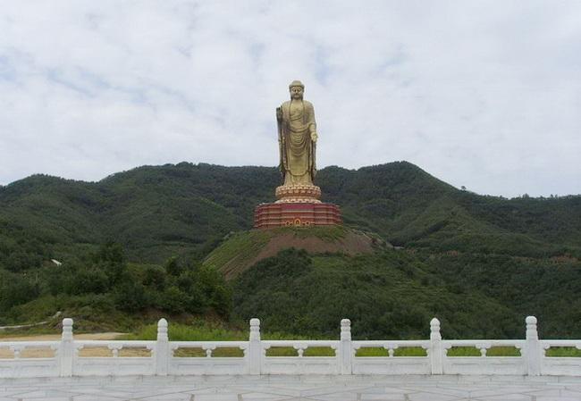 Статуя Будды Весеннего Храма расположена на холме в китайской провинции
