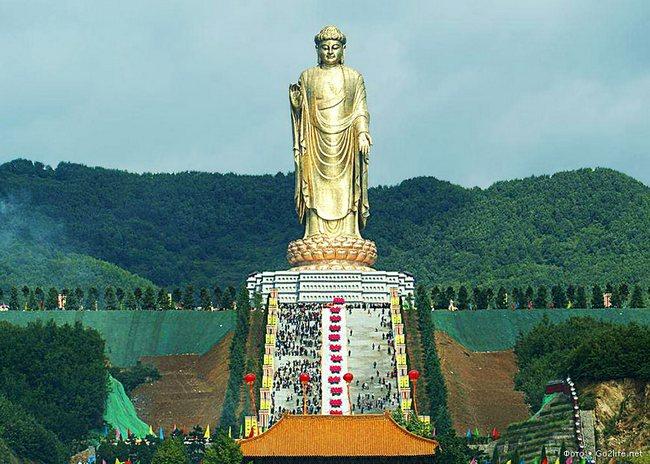 К статуе Весеннего Будды ведут 12 пролетов и 365 ступеней