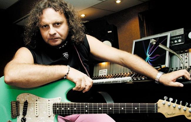 Виктор Зинчук играет на гитаре, используя только девять пальцев