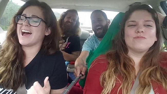 Исполнение песни в движущемся автомобиле с трагическими последствиями