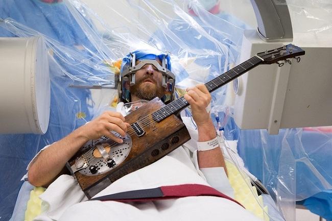 Медицинское вмешательство в мозг во время игры на гитаре