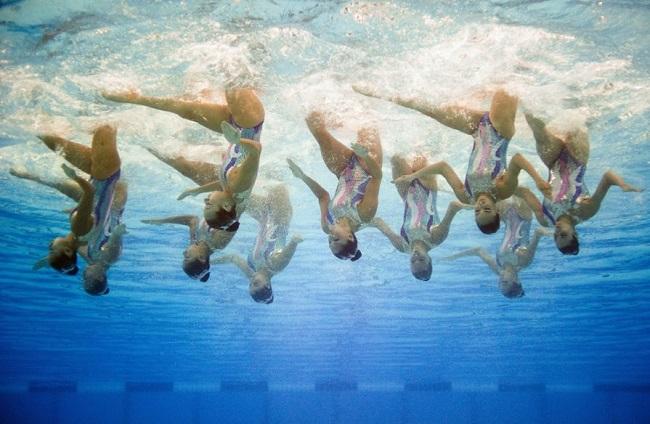 Как синхронистки дышат под водой?