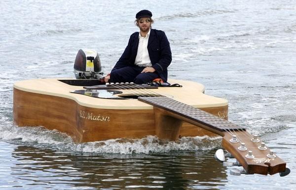 Лодка в форме гитары