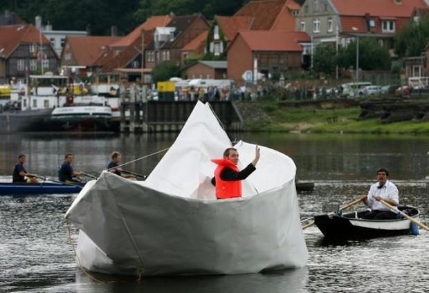 Лодка в виде детского бумажного кораблика