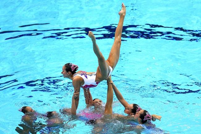 Почему спортсменки появляются только в закрытых купальниках?