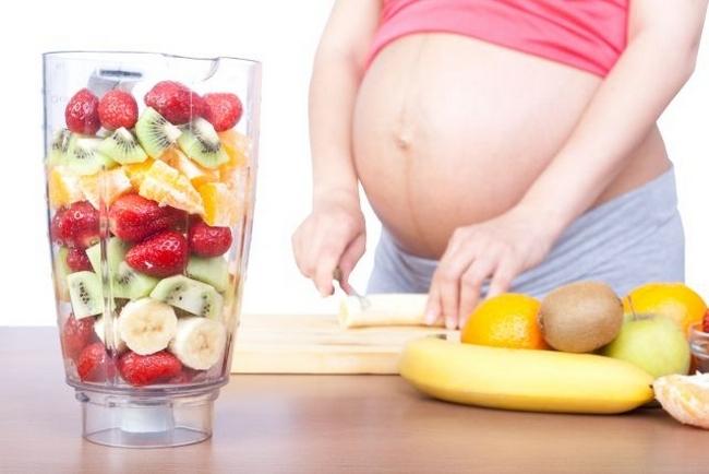 При беременности нужно употреблять разные фрукты и ягоды, насыщающие организм необходимыми микроэлементами