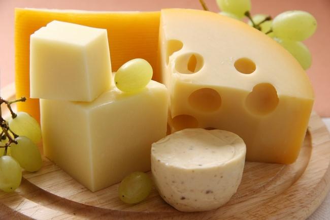 Твердый сыр отличается высокой калорийностью
