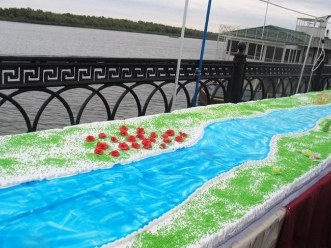 Огромных размеров торт к 452-летию Астрахани весом 8 тонн