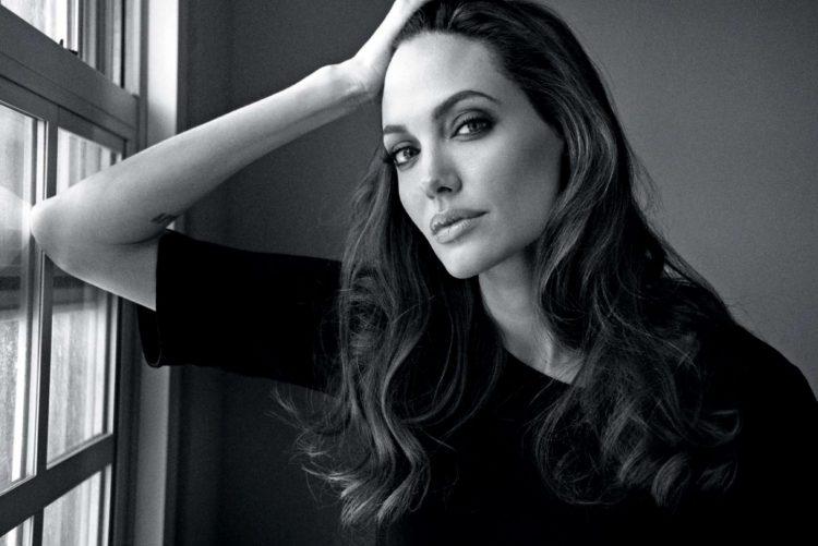 Анджелина Джоли в черном