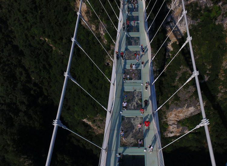 Стеклянный мост над бездной