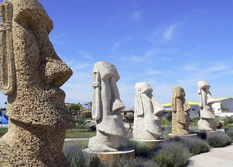 Статуи на территории аквапарка