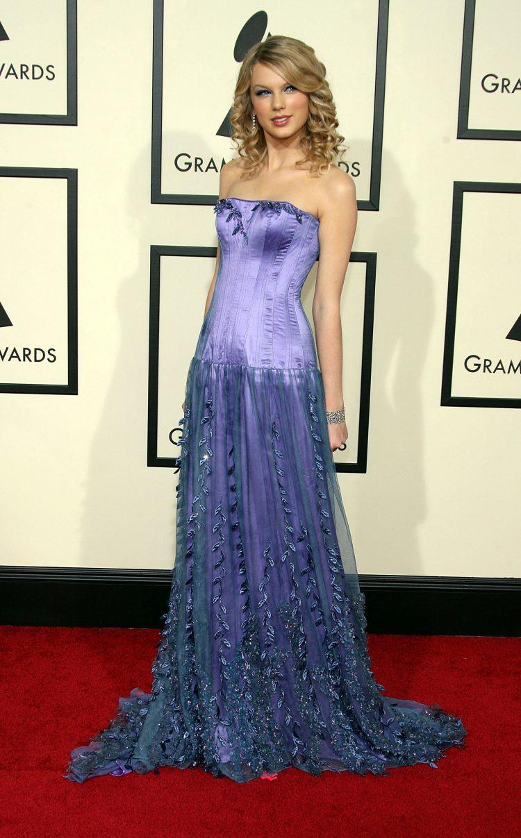 На первой в карьере церемонии Грэмми Свифт появилась в длинном лиловом платье