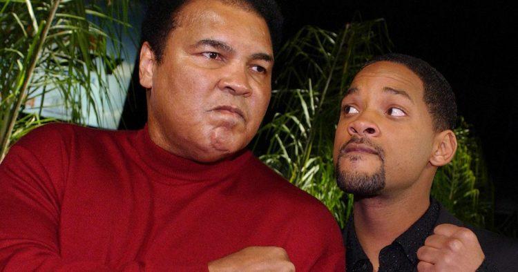 На похоронах великого боксера Мохаммеда Али Смит был в числе тех, кто нес гроб