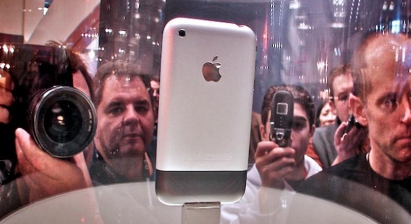 первый айфон на витрине