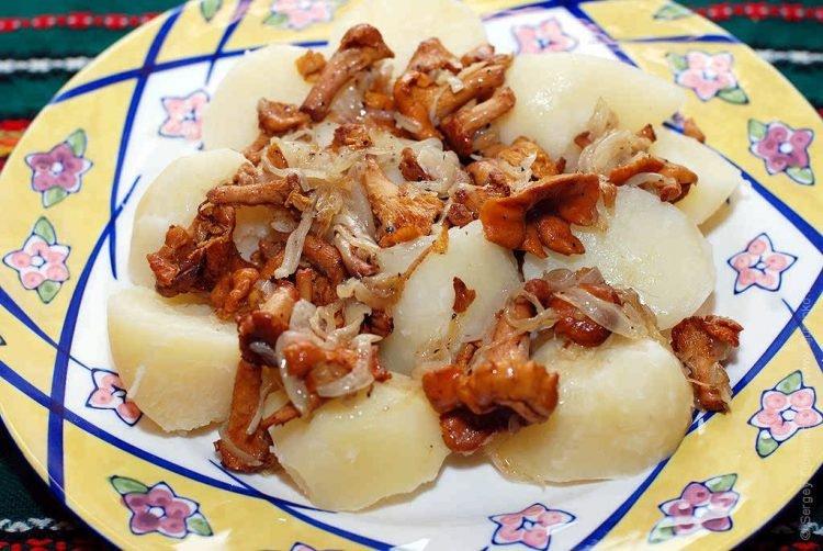 Жареные лисички с картофелем