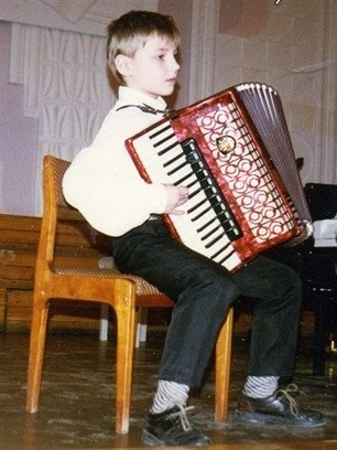 Алексей до сих пор часто выступает с аккордеоном