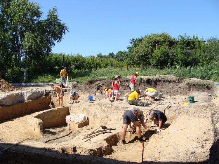 Археологи на Чудейском утесе в Забайкалье