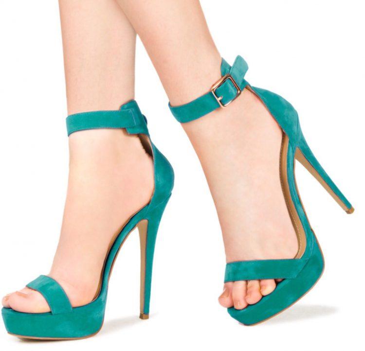 Туфли и босоножки на шпильках удлиняют ноги