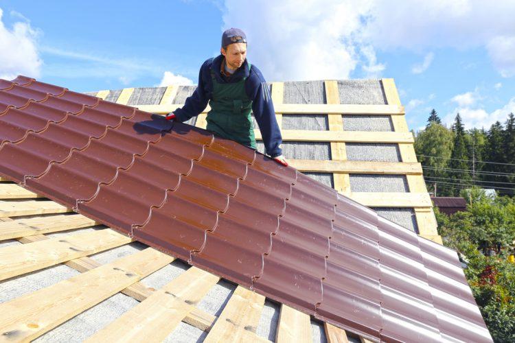 Покрытие крыши плитами из металлочерепицы
