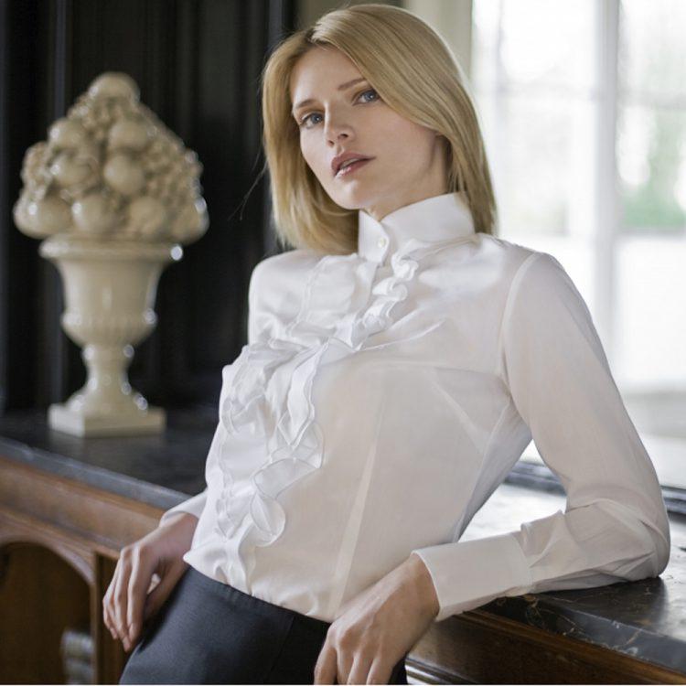 Модная белая рубашка