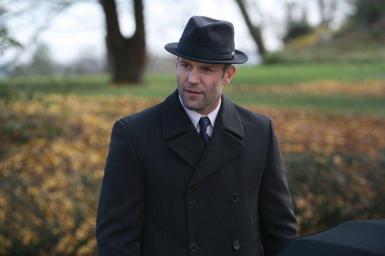 Актер Джейсон Стэтхэм в шляпе и классическом пальто