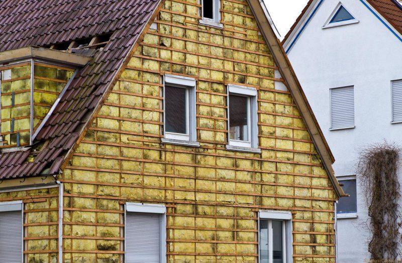 Одним из важных процессов по утеплению дома можно считать грунтовку поверхности дома
