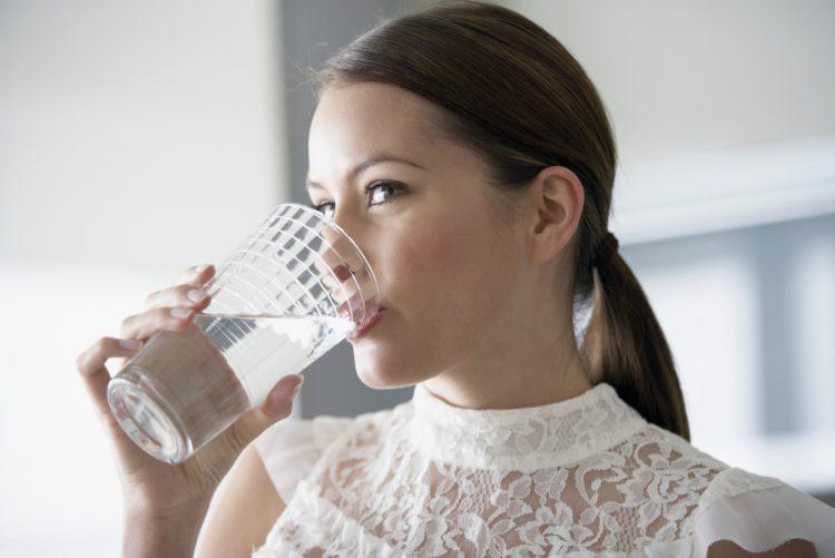 Вода помогает преодолеть запор