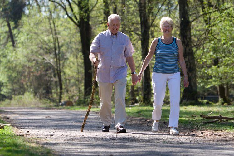 Прогулки на свежем воздухе полезны для работы кишечника.