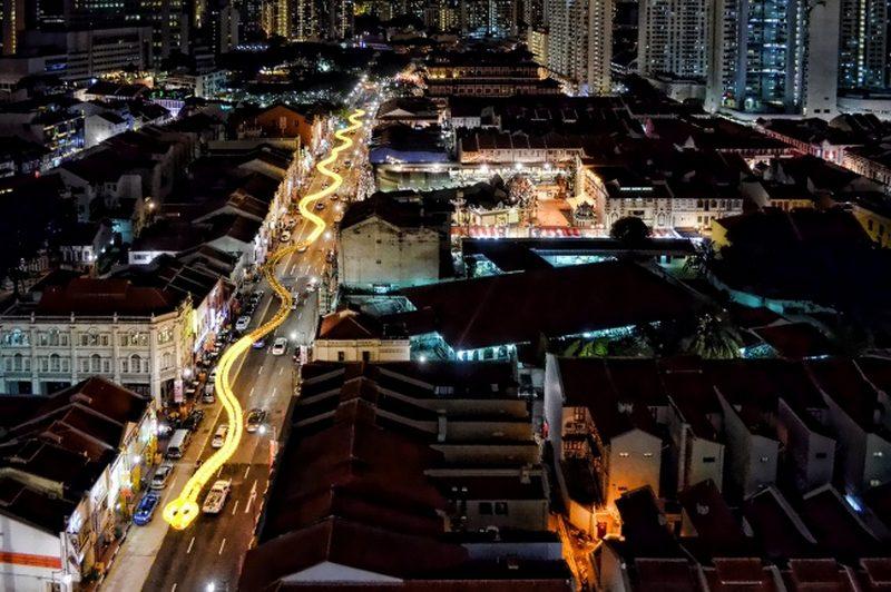 Светящаяся статуя змеи в Сингапуре