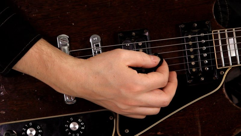Как правильно расположить руки на гитаре