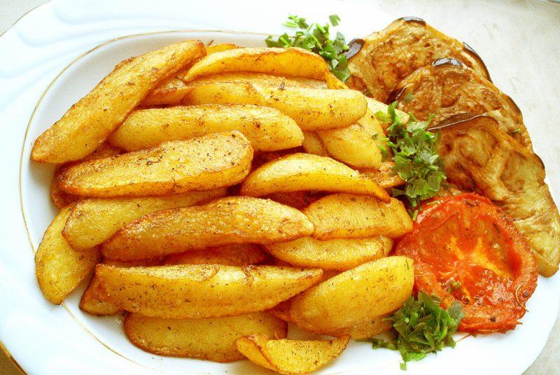 Жареный картофель в духовке