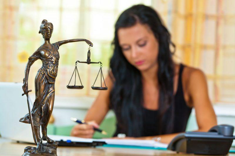 Девушка юрист