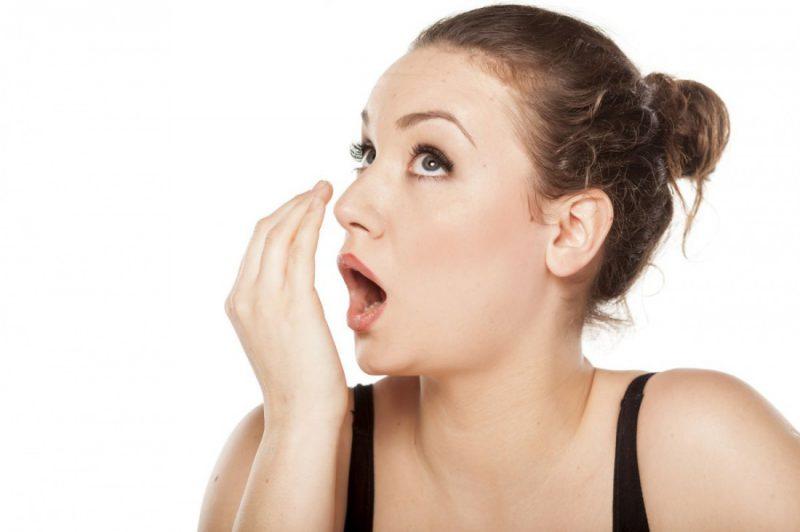 Как проверить наличие неприятного запаха во рту