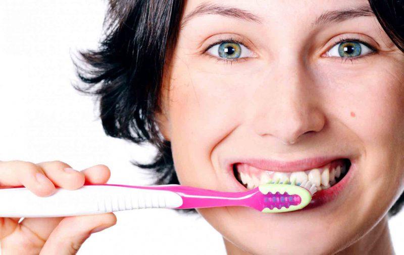 как чистить зубы утром