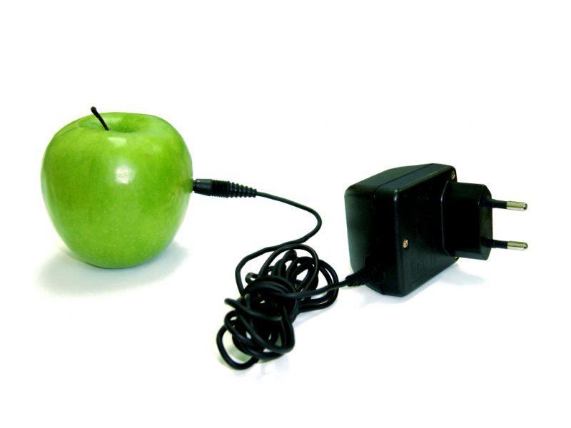 Заряжаем телефон от яблока