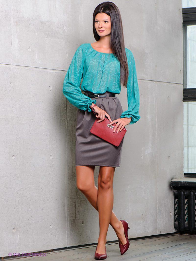 бирюзовая блузка и серая юбка