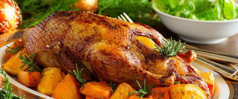 Утка, запеченная в духовке с картофелем.