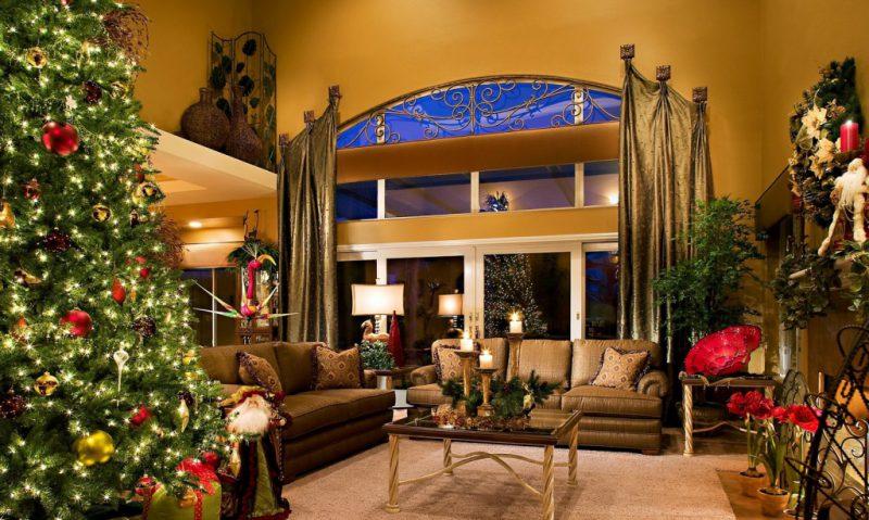 праздничный стол милыми елками и гирляндами
