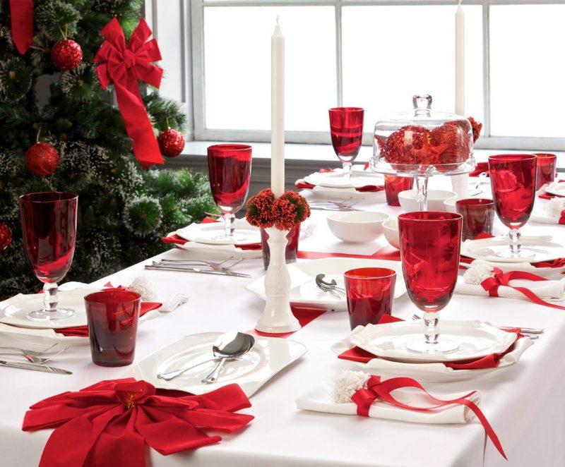 яркая скатерть на новогоднем столе