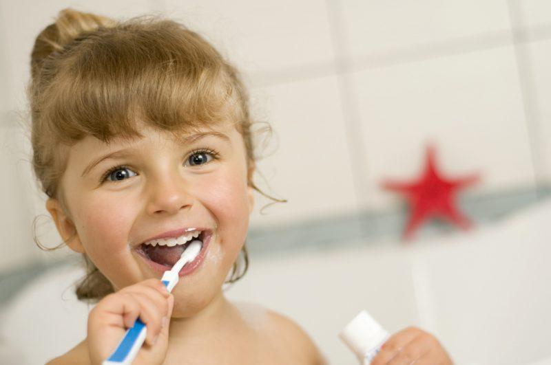 Чистим детские зубы