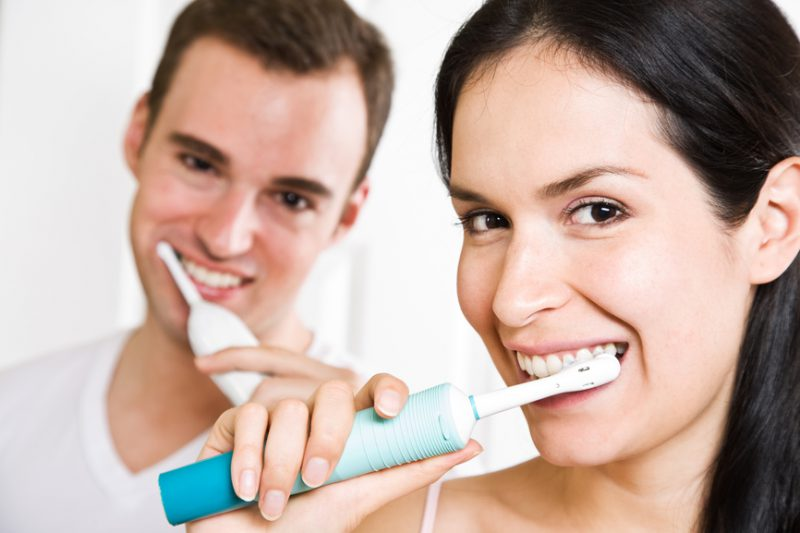 Чистим зубы электрической щеткой